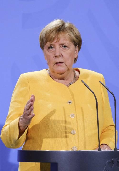 """Angela Merkel: """"Abbiamo sbagliato tutti"""". Johnson e Macron chiedono un G7 d'urgenza"""