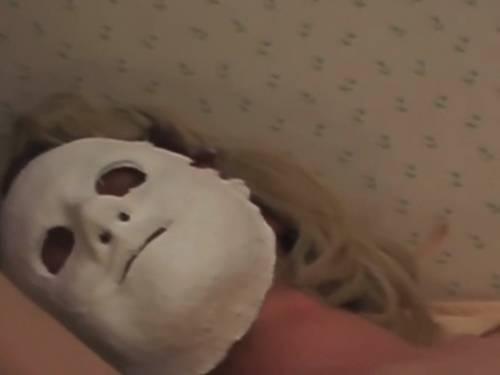 Mistero su YouTube. Il giallo dell'uomo mascherato e del cadavere