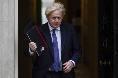 Il piano di Johnson: niente obblighi e certificati. Ma via alla terza dose per affrontare l'inverno