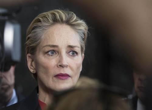 """""""Peggiorate le condizioni del nipote"""". E Sharon Stone abbandona il festival di Venezia"""