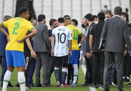 Caos in Brasile-Argentina: match sospeso. Messi finisce negli spogliatoi
