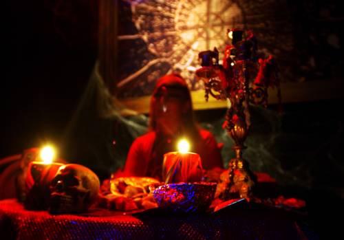 Sincretismo, sette sataniche e stragi: ecco i santoni neri di Hollywood