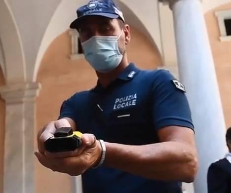"""La """"pistola-lazo"""" ai vigili di Genova: ecco come funziona"""