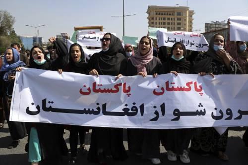 """Minacce e spari nel cuore della capitale. La rivolta soffocata delle donne e dei """"prof"""""""