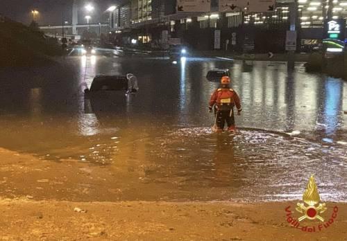 Un nubifragio manda in tilt Milano: evacuazioni pure coi gommoni