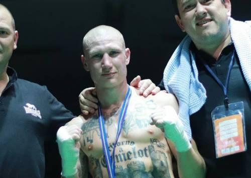 Combatte con i tatuaggi dei simboli nazisti. Broili rischia sanzioni (e ha perso l'incontro)