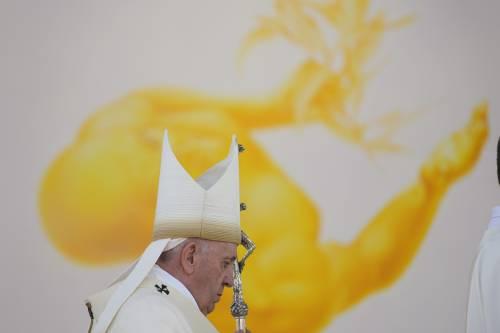 """""""Pastorale con gli omosessuali"""": Papa Francesco apre alle coppie gay"""