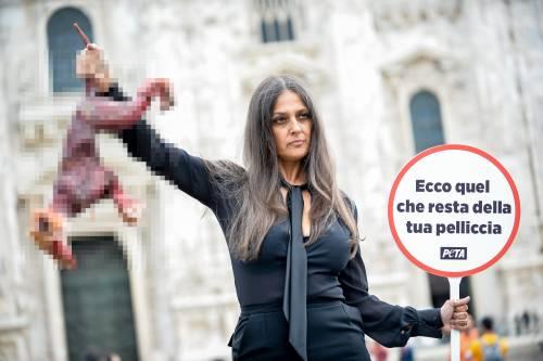 """Rosita Celentano in piazza con una """"volpe scuoiata"""" in mano"""