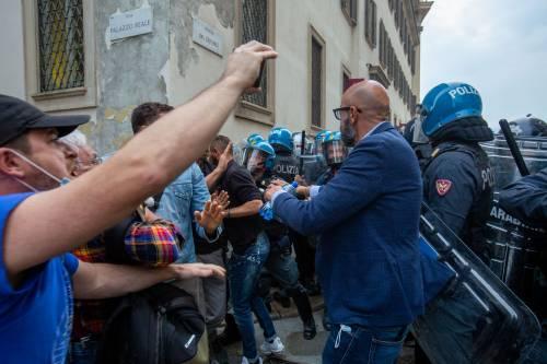No Pass scagliano bottiglie sugli agenti: tensione a Milano