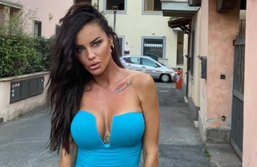"""Antonella Mosetti, la camicia sbottonata stuzzica le fantasie dei fan: """"Infinita"""" – FOTO"""