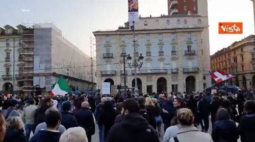 Il sabato dei no Green pass: tra cariche della polizia e alta tensione in piazza