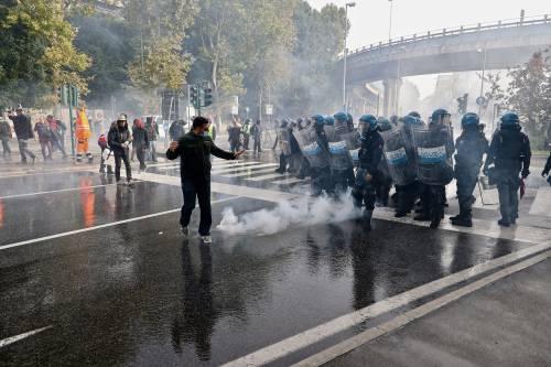 Intervento polizia per sgomberare i manifestanti no pass
