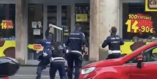 Violenza choc in centro: l'immigrato prende a bastonate gli agenti