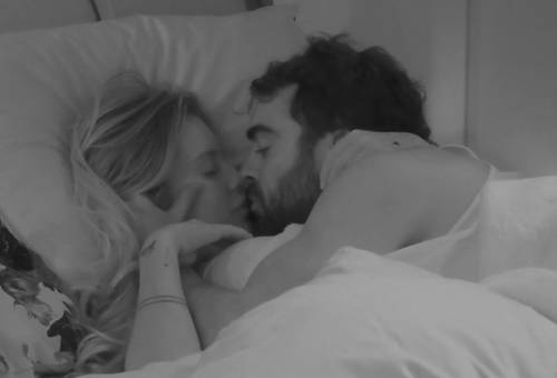 Il Gf Vip si fa hot: scattano i baci sotto le coperte. Censurate le immagini