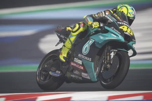 Le lacrime e l'abbraccio dei tifosi: l'ultima gara di Valentino Rossi in Italia