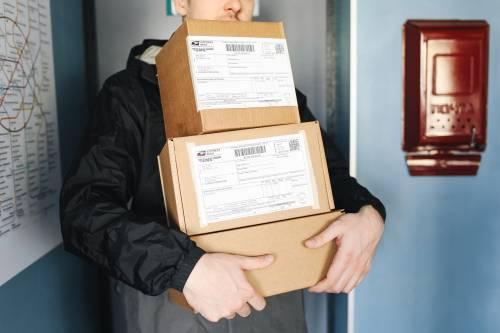 """""""C'è un problema con il tuo pacco"""". Occhio all'sms che vi ruba l'identità"""