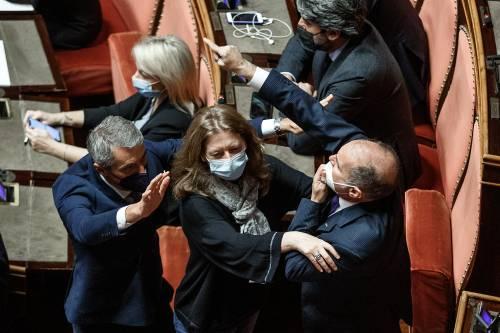 """""""Senatore, lei è un maleducato"""": furia della Casellati contro il grillino"""
