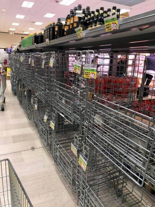 Finge di avere coronavirus al supermercato e scappa con la spesa