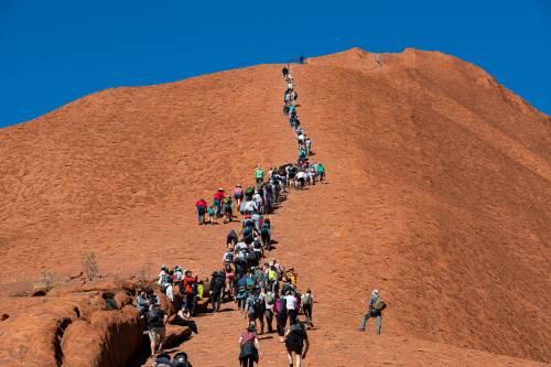 La chiusura di cima Uluru non piace agli australiani