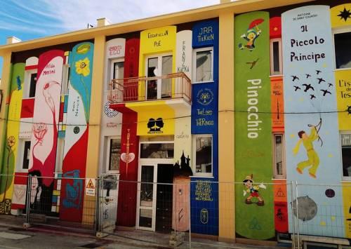 Foggia, un murale con i libri più amati sulla facciata della biblioteca