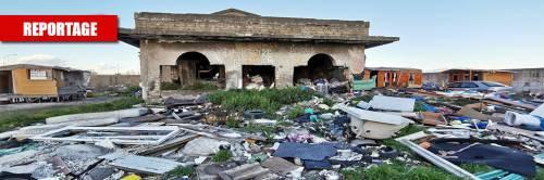 Una discarica di rifiuti e le baracche dei rom nella villa confiscata alla camorra