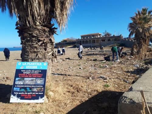 Spiaggia piena di plastica, a ripulirla ci pensano i turisti