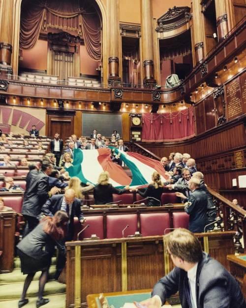 """FdI e il tricolore in Aula per la Grande Guerra. Fico: """"Toglietelo subito"""""""