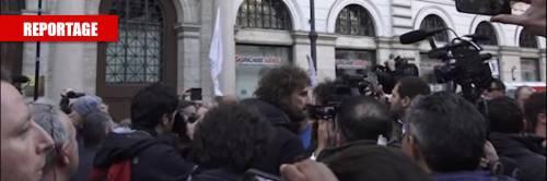 Tensione nella piazza dei 5S: aggredita la Iena Filippo Roma