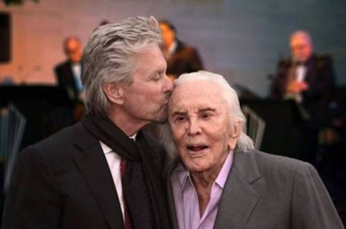 Michael Douglas a bocca asciutta: il padre Kirk lascia tutta l'eredità in beneficenza