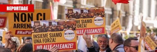 """""""Basta con queste alleanze"""": la piazza processa i 5 Stelle"""