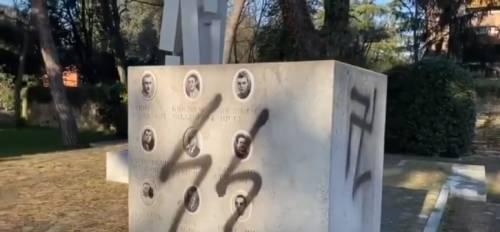Svastica e simbolo SS su monumento dedicato a resistenza par