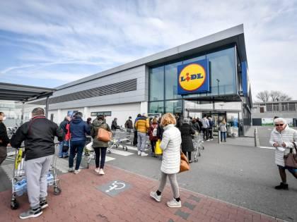Code al supermercato nella zona rossa colpita dal coronavirus