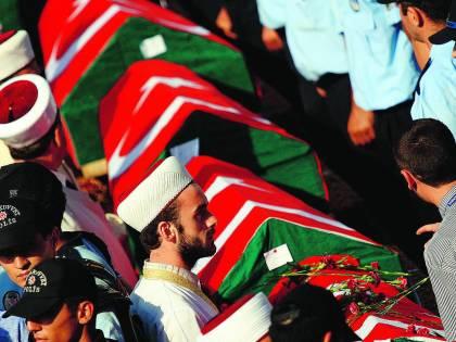 Militari e islamici, scontro finale in un Paese sull'orlo del precipizio