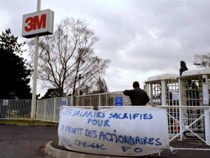 Francia, rapiti dagli operai  i dirigenti che licenziano  E i sindacalisti approvano
