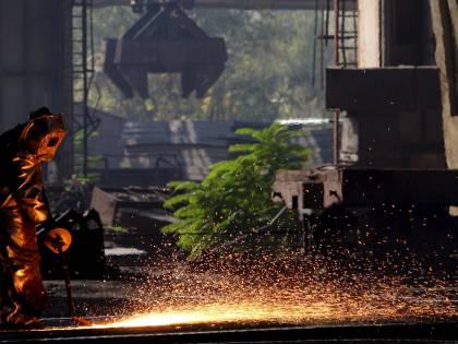 """La produzione industriale  crolla: -23,7% in un anno  Bce: """"Ripresa nel 2010"""""""