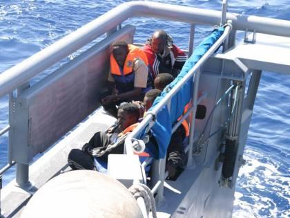 """Nave con 154 migranti ferma tra l'Italia e Malta  Maroni: """"Si assumano le loro responsabilità"""""""