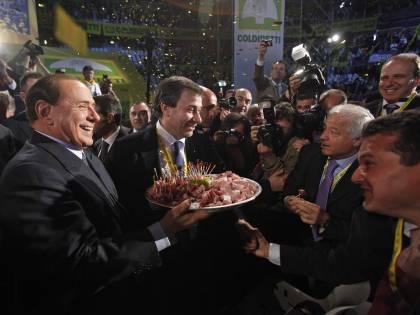 """Berlusconi: """"Scusate, non vi ho portato le veline"""""""
