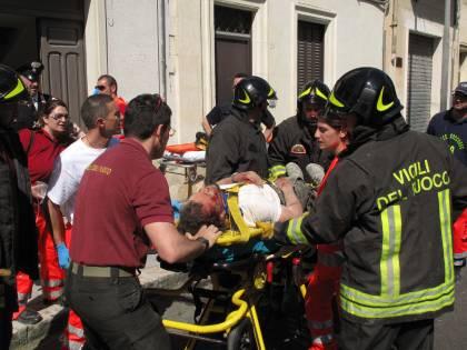 Lecce: crolla tetto, estratti vivi due operai