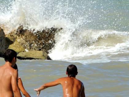 Una domenica tragica:  undici morti annegati  Tra loro anche un bimbo