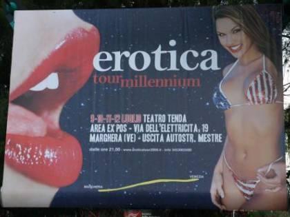 """""""No alle pornostar"""": via dall'hotel"""