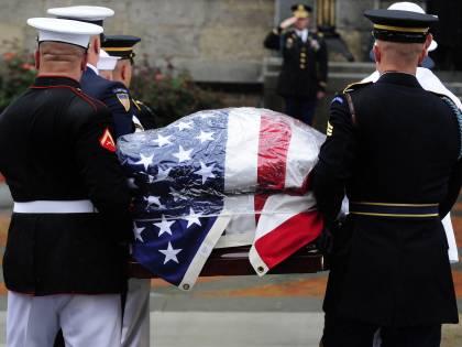 Boston, l'addio a Kennedy  La salma poi ad Arlington