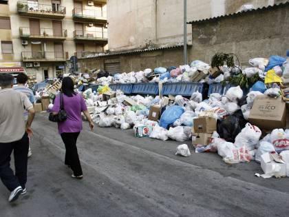Palermo, è emergenza rifiuti: i sindaci in piazza