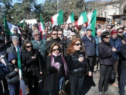 L'Aquila, in piazza per Bertolaso mentre torna<br /> la protesta delle carriole
