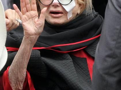 Funerali Vianello, lacrime e strazio di Sandra<br /> Il premier si commuove, poi applaude il feretro