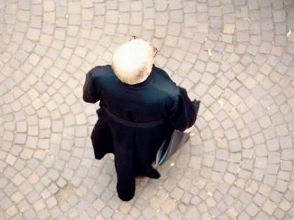 Patteggiò per abusi su minori, ora il prete accompagna i ragazzi dell'oratorio in gita