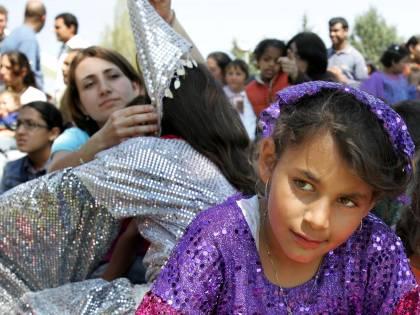 L'Europa boccia la Francia  Passa risoluzione sui rom:  no a espulsioni dal Paese