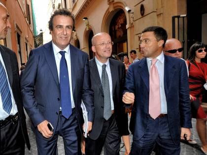 """Berlusconi: """"Non c'è nessun mercato di deputati""""  E Fli: """"Tornare nel Pdl? Nascerà nuovo partito"""""""