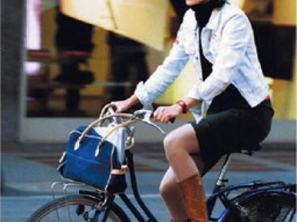 Per sfilare nel traffico  l'auto non piace più:  va di moda la bicicletta