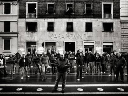 """Il romanzo """"nero"""" su CasaPound fa boom in libreria"""