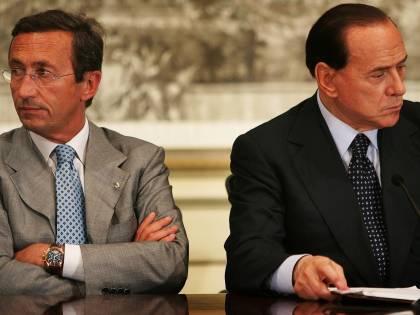 """Il Pdl a Fini: """"Con noi o apra la crisi""""  Fli: """"Non stacchiamo spina al governo"""""""